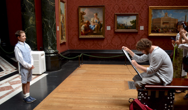 Photo of James Schein drawing in the National Gallery